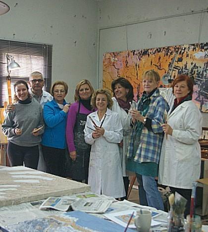 Dolors Comas en su taller con algunos de sus alumnos