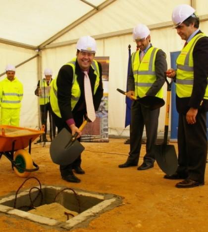 El alcalde vuelca su 'palada' de tierra sobre esta primera piedra.