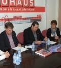 Un momento de la firma del convenio entre el ayuntamiento y la multinacional para promover el empleo en el municipio.