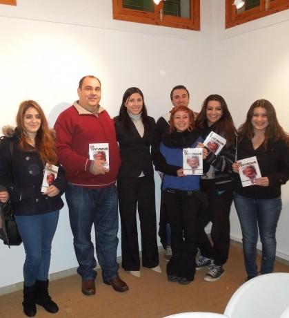 La autora B.B Castro junto al regidor Xisco Ferrà y usuarios de los Espais Joves