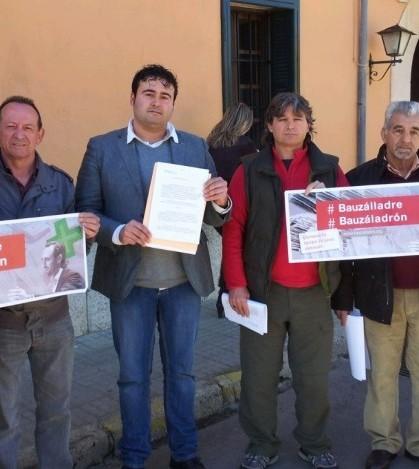 Guillermo Lillo y Manel Carmona junto a otros miembros de EU ante las puertas del Ayuntamiento de Marratxí