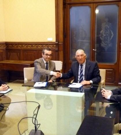 Josep Ignasi Aguiló y Fernando Marqués durante la firma del convenio