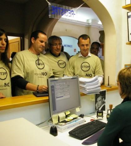 Miembros de la plataforma 'No volem polígon a Son Macià' registran algunas de las alegaciones en el Registro municipal