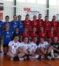 Las jugadoras del equipo cadete femenino de la AE La Salle Pont d'Inca junto a las jugadoras de Artà y Manacor
