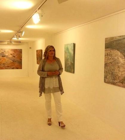 Dolors Comas en la Galería Marimon de Can Picafort junto a algunas de sus obras