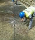 En algunos tramos se está colocando malla en el talud para proteger la caida de tierra y piedras