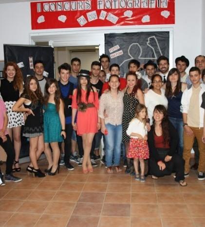 Foto de familia de los participantes en la fiesta de entrega de premios del II Concurs de Fotografia Jove