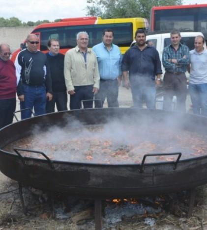 La Societat de Caçadors de Pòrtol preparó una paella gigante para los más de 300 comensales que disfrutaron del encuentro