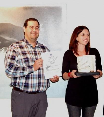 La artista ganadora del Certamen de 2011 de Sant Marçal, Marta Blasco, junto al alcalde, Tomeu Oliver