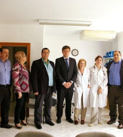Las autoridades en el interior de la consulta junto al personal sanitario