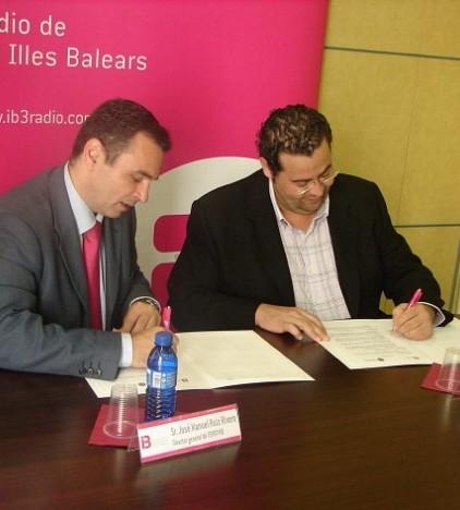 Momento de la firma del convenio en la sede de IB3