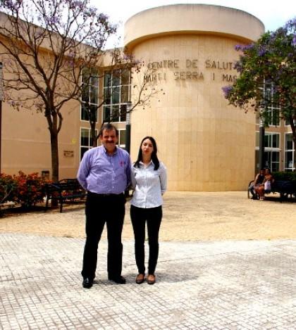 Daniel Guirao y Silvia Cano a las puertas del Centre de Salut Martí Serra