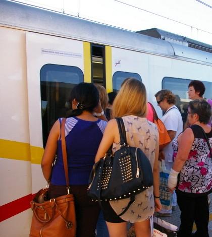 El servicio, además de verse reducido en número de frecuencias, también incrementa los tiempos del trayecto ya que todos los trenes hacen parada en todas las estaciones