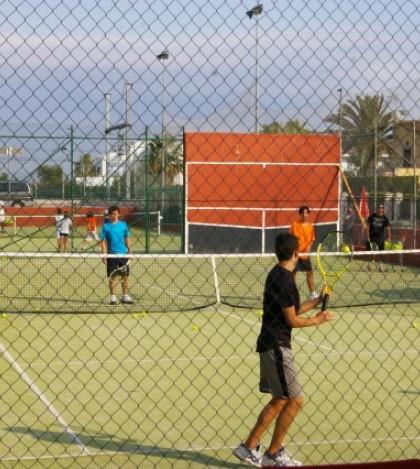 En el Club de Tenis Pont d'Inca las pistas no cierran nunca