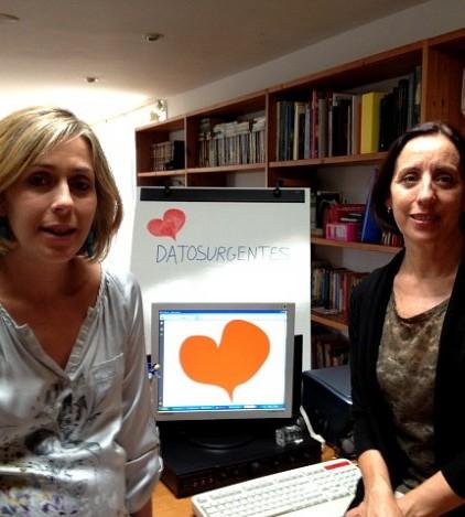 Raquel Martos y Dolores Moreno muestran el icono de la aplicación 'Datos Urgentes'