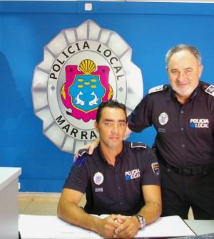 Antoni Ledesma, inspector jefe, junto a uno de los agentes en la renovada recepción del cuartel