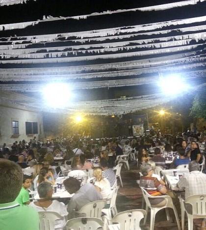 Más de mil personas se dieron cita en la plaza de la localidad para cerrar el programa festivo