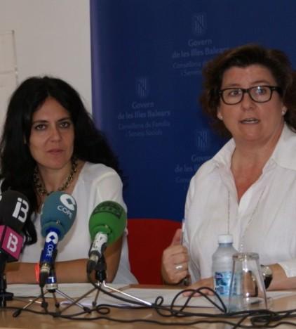 Sandra Fernández y Catalina Cirer durante la presentación de los acuerdos a los medios