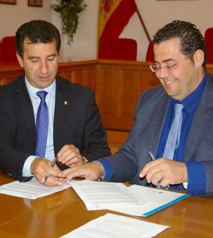 El conseller Biel Company y el alcalde Tomeu Oliver durante la firma del convenio