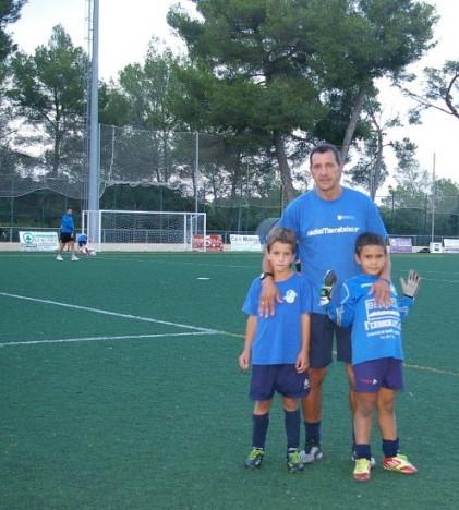 Ernesto Vargas con los jugadores Toni Ramis y Lucas Vargas, su hijo, que se ha decantado por ser portero