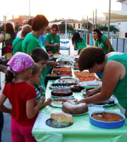 La jornada reivindicativa concluía con un 'sopar a la fresca' en el que los padres de alumnos aportaron coques y otras viandas