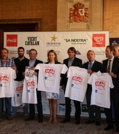 Autoridades del Consell y representantes de las empresas patrocinadoras con las nuevas camisetas de 'Jugam'