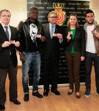 Los responsables del Consell y del RCD Mallorca y los jugadores enseñan los abonos.