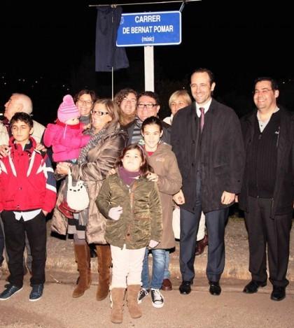 Foto de los presentes junto a la placa de la calle Bernat Pomar
