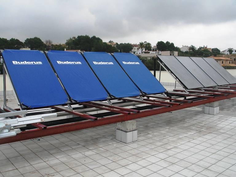 Las ocho placas solares que se han instalado en el IES Sant Marçal