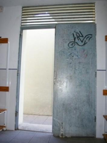 Los cuatro vestuarios del campo de fútbol de Can Gaspar tienen las puertas rotas