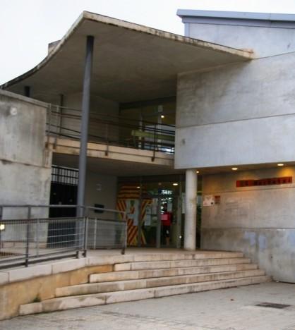 El IES Marratxí con un lazo cuatribarrado en su fachada hace unos meses