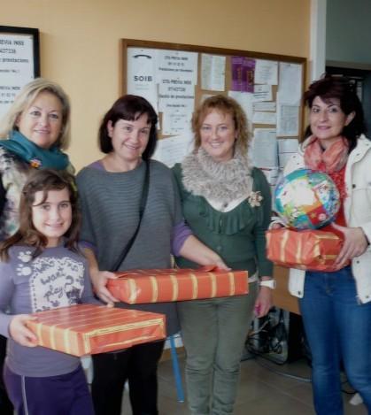 La regidora de Servicios Sociales, Petri Galmés, hizo entrega de los regalos