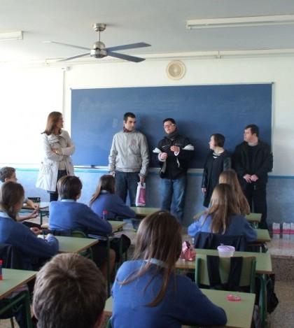 Los alumnos de ASNIMO explican en qué consiste el taller a los alumnos de San Cayetano.