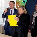 El director de Can Carbonell, Antoni Bauzá, y la regidora de Servicios Sociales y Familia, Petri Galmés, anunciando a los ganadores.