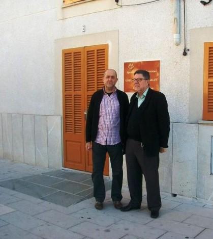 Los regidores de Més delante de la antigua Biblioteca de Es Pla de na Tesa