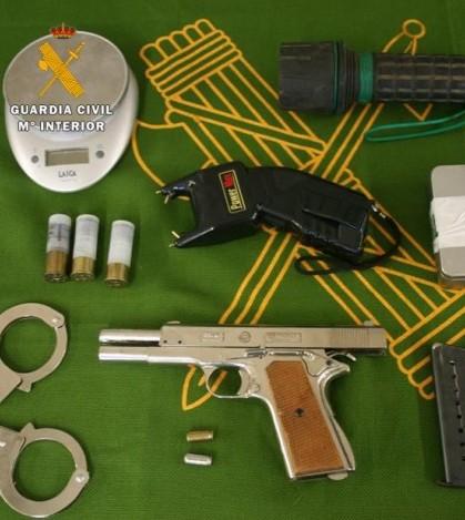 Algunas de las armas halladas en el domicilio del detenido
