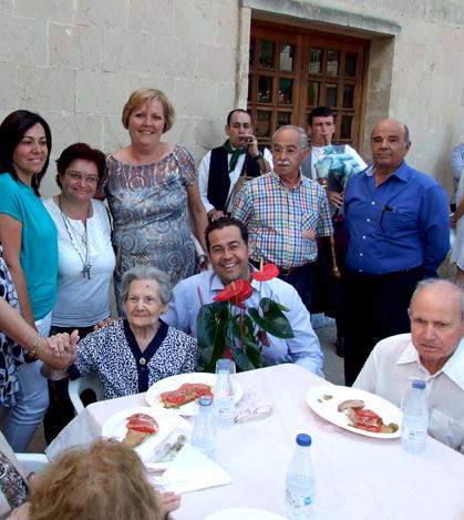 Tomeu Oliver con Francisca Pomar, vecina del Pont d'Inca y que este año cumple 102 años