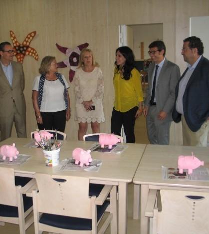 La consellera junto a las autoridades locales en una foto de archivo de la visita a la residencia de Marratxí