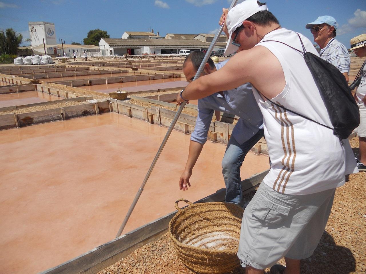Los chicos de asnimo aprenden a rastrillar la sal