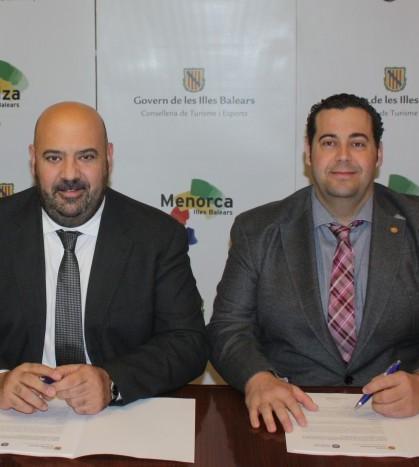El conseller de Turisme y el alcalde de Marratxí durante la firma del convenio