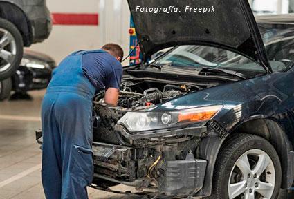 Trabajador-mecánico-coches