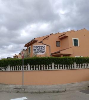 Pancartes a les cases dels veïnats